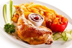 Зажаренная в духовке нога цыпленк цыпленка с обломоками Стоковое Фото