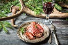 Зажаренная в духовке оленина, который служат с красным вином стоковые фотографии rf