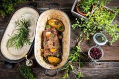Зажаренная в духовке оленина с травами и овощами Стоковое Фото