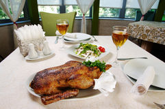 зажаренная в духовке утка приглашенное питье обеда делает людьми речь ресторана к стоковое изображение rf