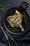 Зажаренная камбала, сбалансированная здоровая еда Предпосылка серого цвета, взгляд сверху, космос для текста стоковая фотография rf