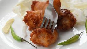 Зажаренная кислая тайская сосиска заполнила семенить лапши свинины и стеклянных коля серебряной вилкой для еды на плите видеоматериал
