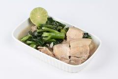 Зажаренная китайская листовая капуста и, который текут прожилковидн свинина в супе на белой предпосылке Стоковое Изображение RF