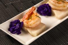 Зажаренная креветка с сырцовыми рыбами ногтя на белой плите на таблице Стоковое Изображение RF