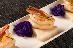 Зажаренная креветка с сырцовыми рыбами ногтя на белой плите на таблице Стоковое Фото