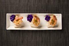 Зажаренная креветка с сырцовыми рыбами ногтя на белой плите на таблице Стоковая Фотография