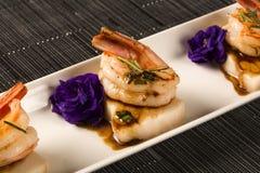 Зажаренная креветка с сырцовыми рыбами ногтя на белой плите на таблице Стоковые Фото