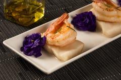 Зажаренная креветка с сырцовыми рыбами ногтя на белой плите на таблице Стоковые Изображения