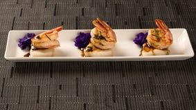 Зажаренная креветка с сырцовыми рыбами ногтя на белой плите на таблице Стоковые Фотографии RF
