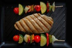 Зажаренная куриная грудка с овощем brochette стоковые фото