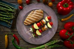 Зажаренная куриная грудка с овощем brochette стоковое фото