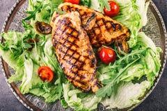 Зажаренная куриная грудка в различных изменениях с травами грибов томатов вишни салата салата отрезала лимон на деревянной доске  Стоковое фото RF
