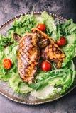Зажаренная куриная грудка в различных изменениях с травами грибов томатов вишни салата салата отрезала лимон на деревянной доске  Стоковая Фотография RF