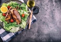 Зажаренная куриная грудка в различных изменениях с травами грибов томатов вишни салата салата отрезала лимон на деревянной доске  Стоковые Изображения RF