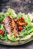 Зажаренная куриная грудка в различных изменениях с травами грибов томатов вишни салата салата отрезала лимон на деревянной доске  Стоковое Изображение