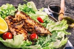 Зажаренная куриная грудка в различных изменениях с травами грибов томатов вишни салата салата отрезала лимон на деревянной доске  Стоковые Изображения