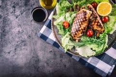 Зажаренная куриная грудка в различных изменениях с травами грибов томатов вишни салата салата отрезала лимон на деревянной доске  Стоковое Изображение RF