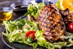 Зажаренная куриная грудка в различных изменениях с травами грибов томатов вишни салата салата отрезала лимон на деревянной доске  Стоковые Фото