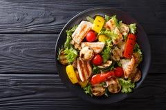 Зажаренная куриная грудка и конец-вверх овощей лета на плите Стоковая Фотография RF