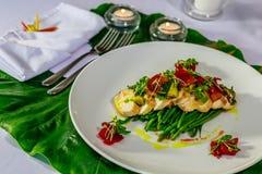 Зажаренная куриная грудка с авокадоом, сальсой томата и sauteed фасолями младенца Стоковая Фотография RF