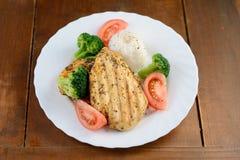 Зажаренная куриная грудка с рисом и овощами Стоковые Изображения