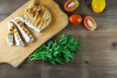 Зажаренная куриная грудка с томатами и зелеными цветами Стоковые Фотографии RF