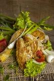Зажаренная курица в листьях салата на доске Стоковые Фото