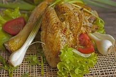 Зажаренная курица в листьях салата на доске стоковое фото rf