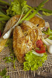 Зажаренная курица в листьях салата на доске Стоковые Фотографии RF