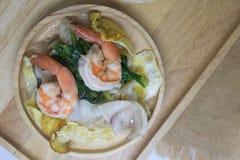 Зажаренная лапша при морепродукты и листовая капуста выдержанные в подливке стоковое фото