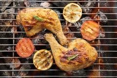 Зажаренная нога цыпленка над пламенами на барбекю стоковое фото rf