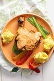 Зажаренная нога цыпленка с картошками над взглядом Стоковые Изображения