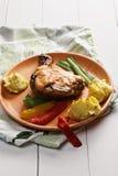 Зажаренная нога цыпленка с картошками Стоковое фото RF