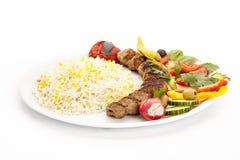 Зажаренная овечка Kebab с протыкальника на белой плите Стоковые Изображения RF