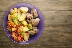 Зажаренная печень с картошками и потушенными томатами Стоковое Изображение RF