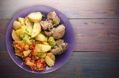 Зажаренная печень с картошками и потушенными томатами Стоковое фото RF