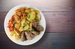 Зажаренная печень с картошками и потушенными томатами Стоковая Фотография RF