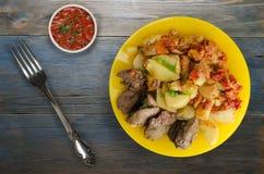Зажаренная печень с картошками и потушенными томатами Стоковые Изображения RF