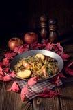 Зажаренная печень с яблоком и травами лука Стоковое Изображение