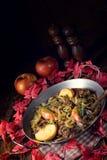 Зажаренная печень с яблоком и травами лука Стоковая Фотография RF