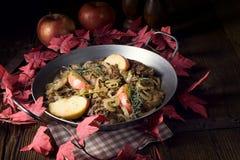 Зажаренная печень с яблоком и травами лука Стоковые Изображения