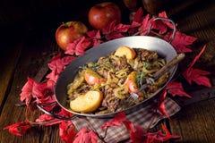 Зажаренная печень с яблоком и травами лука Стоковое фото RF