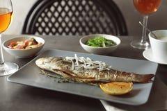 Зажаренная плита с вкусным видит басовых рыб Стоковые Фото