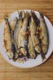 Зажаренная сельдь рыб прибалтийская лежит на плите на бамбуковой салфетке стоковое изображение rf