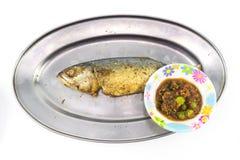 Зажаренная скумбрия на алюминиевом длинном блюде с Nam Prik Стоковые Изображения RF