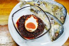 Зажаренная скумбрия окуная с яичком соли отбензинивания затира chili на плите Стоковая Фотография RF