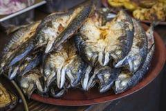Зажаренная скумбрия рыб будучи послуженным на стойле еды на открытой кухне Стоковые Фотографии RF