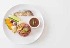 Зажаренная скумбрия с соусом затира креветки и рисом ягоды Стоковая Фотография
