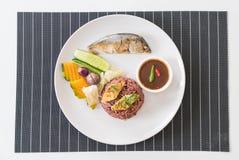 Зажаренная скумбрия с соусом затира креветки и рисом ягоды Стоковые Изображения RF