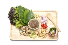 Зажаренная скумбрия служила с шлихтой свежего овоща и арахиса хрупкой на изолированной белой предпосылке Стоковая Фотография